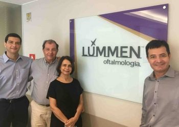 Da esq. para a dir., os sócios da Lúmmen, os doutores Bruno Fontes, Paulo César Fontes e Mara Fontes, e o CEO do Grupo Opty, Amaury Guerrero