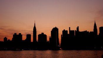 Atores da Broadway se apresentam nas calçadas de Nova York durante apagão 4