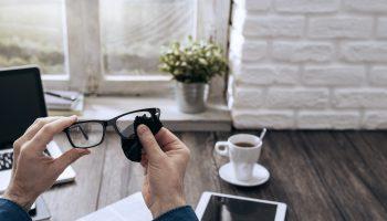 Como limpar corretamente óculos e lentes