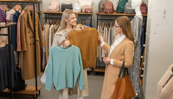 7 em cada 10 consumidores preferem lojas físicas de roupas e querem marcas que valorizam a cadeia produtiva, diz pesquisa 10
