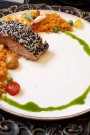 Cuscuz desconstruído com salmão em posta e crosta de gergelim, por Chef Robertclei Campos 2